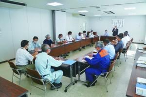 公共施設の閉鎖などを決めた町新型コロナウイルス感染症対策本部の会合=1日、瀬戸内町役場