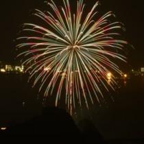 奄美群島8市町村16カ所で一斉に打ち上げられた花火=5日午後7時すぎ、奄美市名瀬