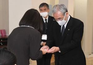 奄美市児童養護施設学生応援給付金の贈呈式=25日、奄美市名瀬の白百合の寮