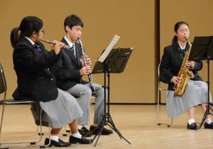 アンサンブル・器楽部門で三重奏を演奏する出場者=6日、知名町あしびの郷・ちな