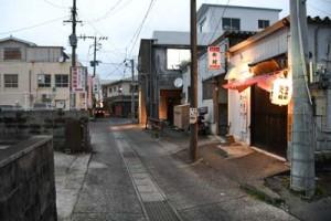 新型コロナの感染者が確認され、静まり返る徳之島町亀津の飲食店街=3日午後5時半ごろ