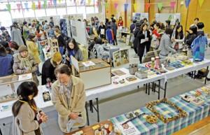 奄美群島内のハンドメード作家が参加し、ものづくりの魅力を伝えた「あまみハンドメイドマーケット」=18年2月、奄美市名瀬のAiAiひろば