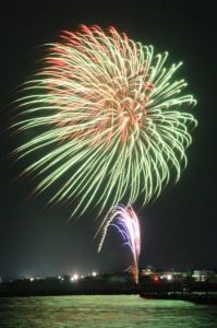 コロナ収束を願い、冬空を彩った花火=24日、和泊町