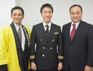 奄美大島観光協会の越間さん(左)、JACの上村さん(右)と共に就任あいさつに訪れた塩沢さん=9日、南海日日新聞社