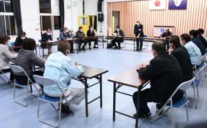 今後の感染防止対策などを協議した伊仙町新型コロナウイルス感染症対策本部の会合=4日、同町中央公民館