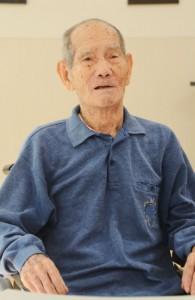 陳情団として密航した体験を振り返る師玉賢二さん=22日、奄美市住用町の「住用の園」