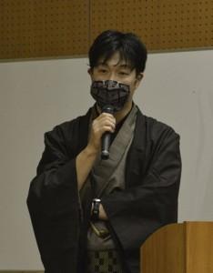 本場奄美大島紬と伝統産業で働くことの魅力について語った黒田さん=19日、奄美市名瀬