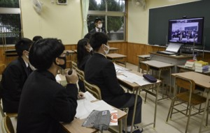 長崎県の高校生とテレビ会議システムで意見を交わす生徒ら=9日、奄美市笠利町の大島北高校