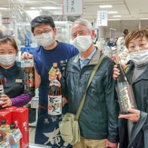 リピーター客らでにぎわった鹿児島物産展の奄美酒類ブース=11月26日、千葉県船橋市