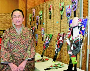 羽子板などの作品が並ぶ大原さんの手つくり展=18日、奄美市名瀬のAiAiひろば
