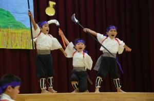 保育所の職員が手作りした子ども用の鎌で勇壮に「須古鎌踊り」を舞う田検保育所の男児=同
