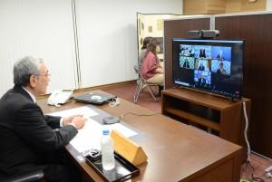 ウェブ会議で行われた奄美大島新型コロナ対策本部会議。左は発言する朝山会長=4日、奄美市名瀬