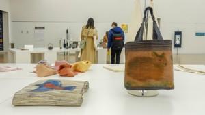 川口さんの「奄美のくろうさぎバッグ」と「大島紬の名古屋帯」(手前)=国立新美術館=5日  東京 港区