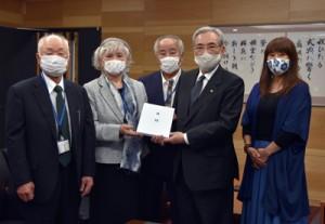 朝山市長に支援金を贈呈した関西名瀬連合会の内田会長(左から2人目)ら=3日、奄美市役所