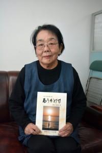「るりかけす」最終号を発行した児玉さん=21日、南海日日新聞社