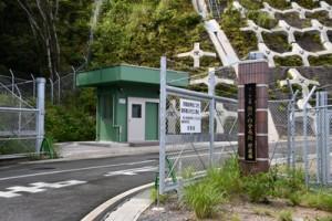 瀬戸内分屯地にある火薬庫地区への入り口=2019年3月、瀬戸内町