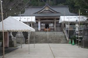 境内にはテントが用意され、初詣に向けた準備が進む高千穂神社=29日、奄美市名瀬