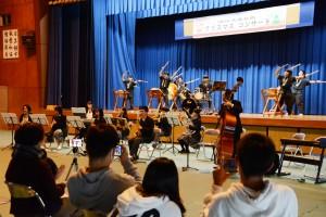 多彩な演目で来場者を楽しませた大島北高校のクリスマスコンサート=20日、奄美市笠利町
