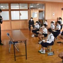 JACの乗務員らが講話した航空教室=11日、奄美市笠利町の節田小学校
