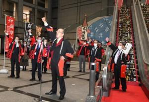 県産焼酎の需要拡大へ気勢を上げる参加者=1日、鹿児島市の県庁