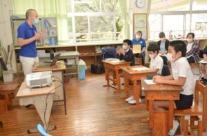 折れない心を育てるいのちの授業に参加する大和小学校5、6年生の児童と大和診療所の小川所長(写真左)=2日、大和村思勝の大和小学校