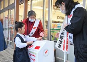全国一斉の赤い羽根共同募金運動に伴う街頭募金=5日、奄美市名瀬