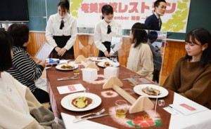 地域住民ら48人をもてなした「奄美高校レストラン」=13日、奄美市名瀬の県立奄美高校