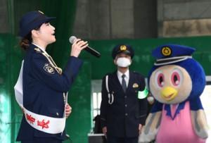 NHK大河ドラマ「西郷どん」のテーマ曲をアカペラで披露した里アンナさん(左)=10日、奄美市の名瀬運動公園サンドーム