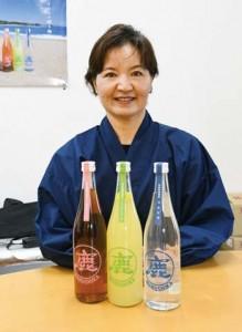 約50年ぶりに復活した松永酒造場の銘柄「マルシカ」(下段左)と松下代表取締役=5日、伊仙町阿三