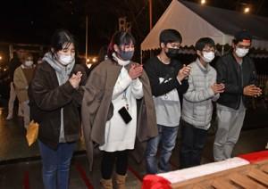 高千穂神社の拝殿で静かに手を合わせる参拝者=1日、午前0時ごろ、奄美市名瀬