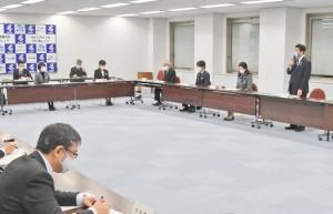 政府の緊急事態宣言に伴う対応や今後の感染防止策を協議した県の対策本部会議=7日、鹿児島市の県庁