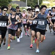 30キロ、40キロ走の練習に汗を流す選手たち=15日、奄美市名瀬