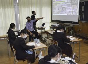 コラボ企業から商品や店の立地について説明を受ける生徒ら=15日、奄美市名瀬