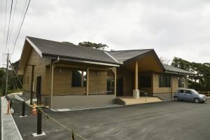駐車場側に移転し新設した奄美自然観察の森の「森の館」=6日、龍郷町