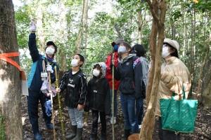 ガイドの案内でカムィヤキの森の自然や歴史を学ぶエコツアーの参加者=10日、伊仙町検福