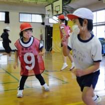 スポーツ鬼ごっこを楽しむ児童たち=29日、瀬戸内町の嘉鉄小