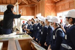 本場奄美大島紬の製造工程について学ぶ児童=27日、龍郷町