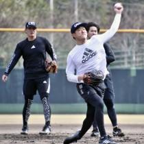 ノック練習に取り組む内海投手(中央)ら=14日、奄美市の名瀬運動公園市民球場