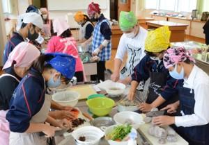 地場産の食材を使って調理実習をする生徒ら=27日、知名町