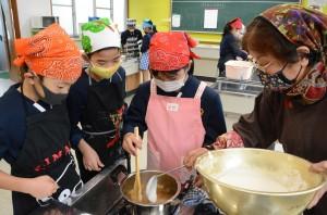 ソテツの実や黒糖を使ったお菓子「タチガン」作りを体験する児童ら=12日、和泊町の国頭小学校