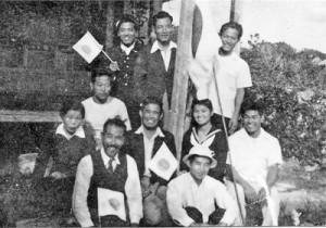 日本復帰を祝う沖永良部高校の教職員と生徒たち=1953年12月25日(知名町中央公民館提供)