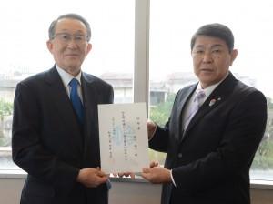 知名町の地域おこし協力隊に着任した中川さん(左)ら=4日、同町知名のフローラルホテル