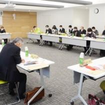 計画素案について意見交換した第3回会合=21日、奄美市名瀬