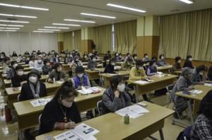 料理研究家の泉さんが奄美の食文化について講話した奄美ならでは学舎の最終日=16日、県立奄美図書館