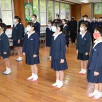 元気に校歌を歌い3学期のスタートを切った児童生徒=8日、奄美市住用町の東城小中学校