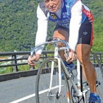 宇検村でトレーニングに励む重さん。「最近は舗装も良くなり自転車の練習に望ましい環境が整ってきている」と話す