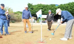 120人が出場した四並蔵神社奉納グラウンド・ゴルフ大会=20日、知名町徳時