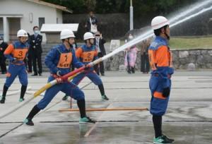 操法訓練を披露する知名町消防団の団員=6日、知名漁港