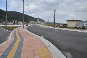3月の開通へ向け工事が進む臨港道路=19日、奄美市名瀬