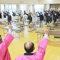 頑張ろう三唱で目標達成を誓った「春のささやき」生産者ら=31日、和泊町